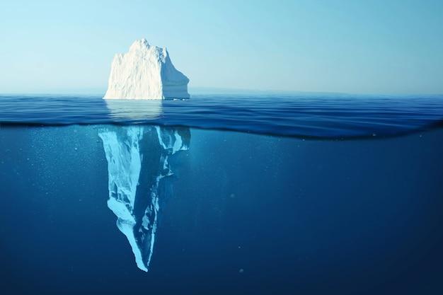 맑고 푸른 물에 빙산과 물 속에 숨겨진 위험. 빙산 - 숨겨진 위험과 지구 온난화 개념. 바다에 떠 있는 얼음. 텍스트 및 디자인을 위한 copyspace
