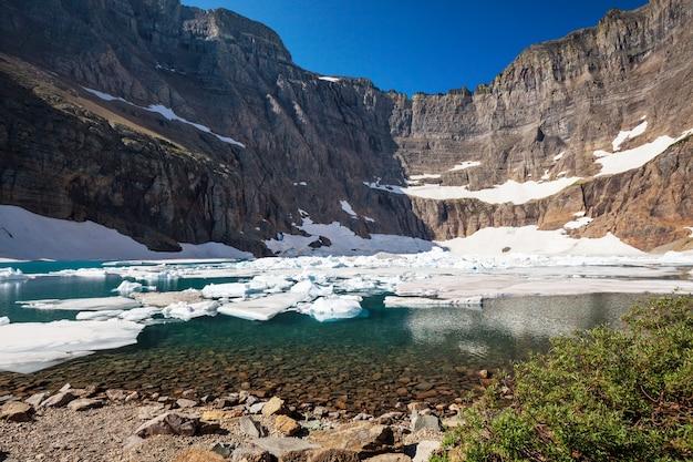 モンタナ州グレイシャー国立公園のアイスバーグ湖