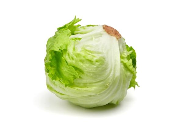 Салат айсберг, листовые зеленые овощи, изолированные на белом фоне
