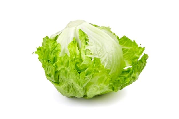 Листовые зеленые овощи салата айсберг изолированные