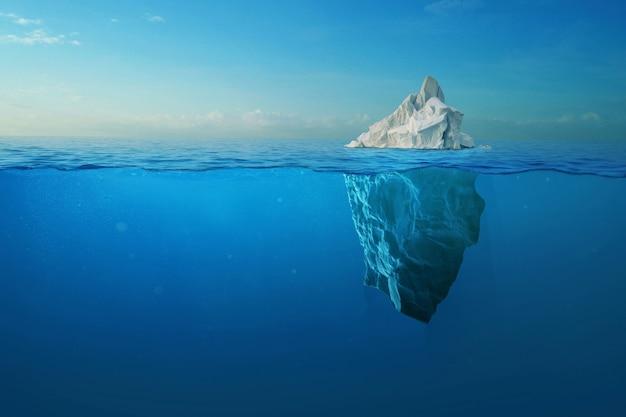 グリーンランドで撮影された上空と水中の景色を望む氷山。氷山-隠れた危険と地球温暖化の概念。アイスバーグイリュージョンクリエイティブなアイデア