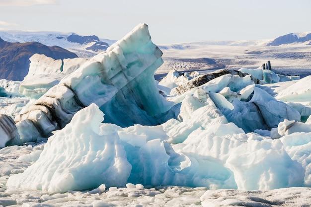 アイスランドのヨークルスアゥルロゥン氷河ラグーンに浮かぶ氷山 無料写真
