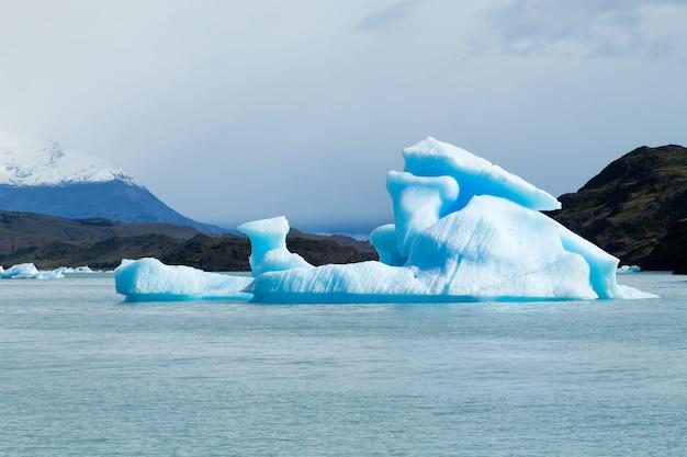 アルゼンチンのパタゴニアの風景、アルゼンチンの湖に浮かぶ氷山。アルヘンティーノ湖