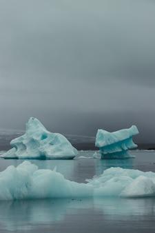 호수 한가운데의 빙산