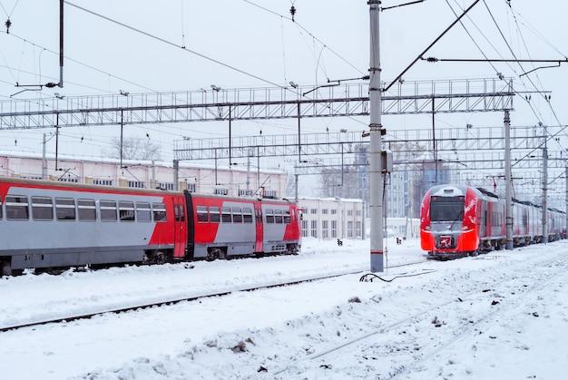 Зимой неподалеку на железнодорожном узле стоят обледеневшие дизель- и электропоезда.