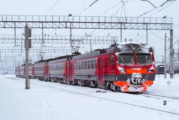 Обледеневший электропоезд на железнодорожном узле зимой
