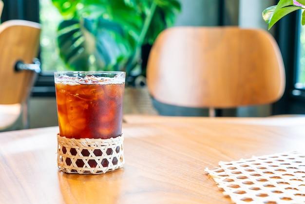 コーヒーショップカフェレストランでアイスアメリカーノコーヒーグラス