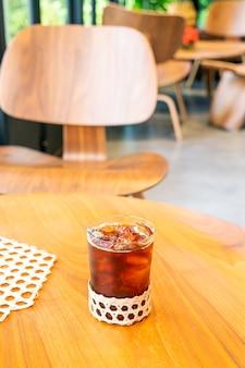 Стакан кофе со льдом американо в кафе