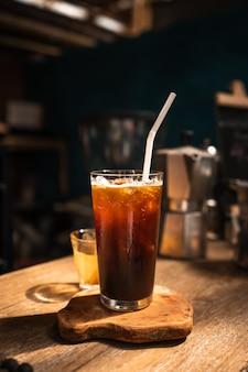 카페 바에서 잔에 아이스 아메리카노 커피.