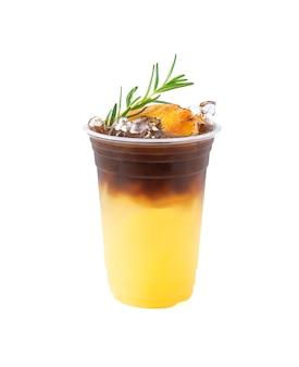 아이스 블랙 커피 믹스 파인애플 주스 캐러멜 설탕과 로즈마리를 곁들인 신선한 파인애플 조각으로 상단을 장식하십시오.