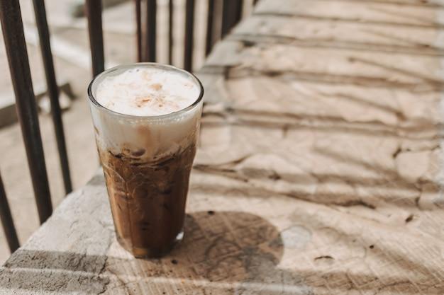 여름 다과 음료의 키가 큰 유리 개념에 아이스 카푸치노 커피