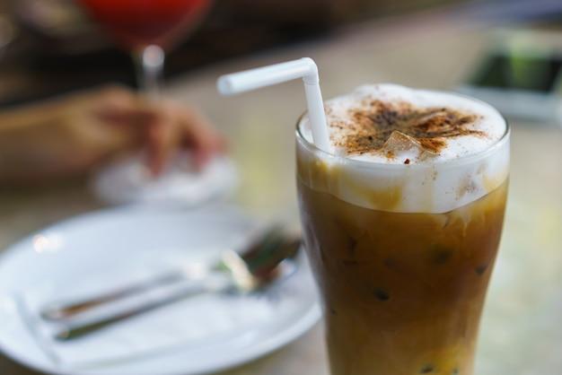 베이커리 커피 숍에서 아이스 카푸치노 커피.