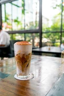 コーヒーショップでアイスカプチーノコーヒー