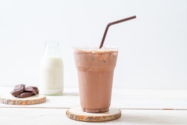 나무 테이블에 아이스 초콜릿 밀크 쉐이크 음료