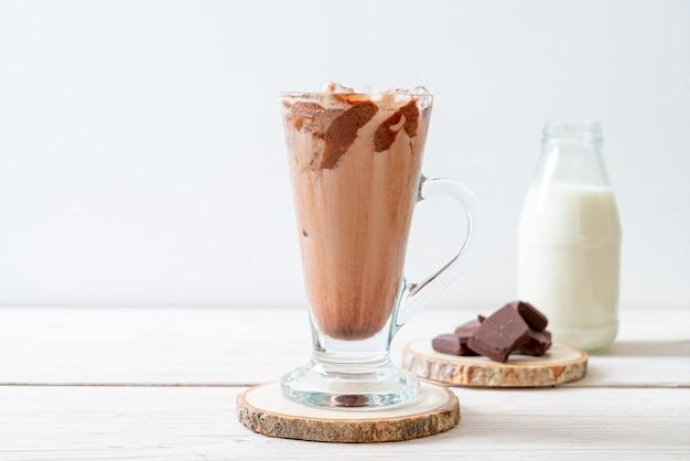 Холодный шоколадный молочный коктейль на деревянном столе