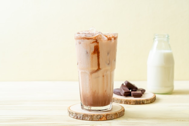 Напиток из молочного коктейля со льдом