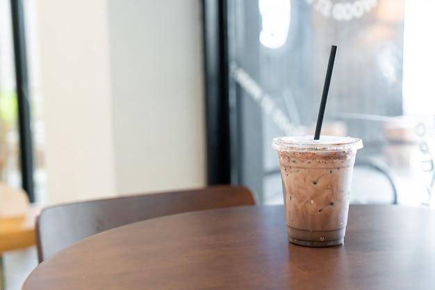 Молочный коктейль со льдом и шоколадом в кафе