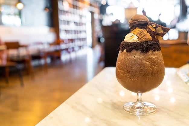 Ледяной шоколадный молочный коктейль смузи Premium Фотографии