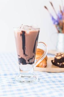 Замороженный шоколад на столе