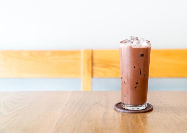 나무 테이블에 아이스 초콜릿