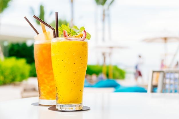 Бокалы для коктейлей со льдом с пляжем и морем