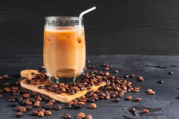 アイスコーヒーとコーヒー豆