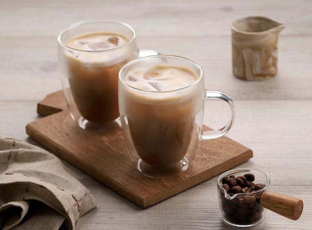 二重壁ガラスのアイスコーヒーカプチーノ