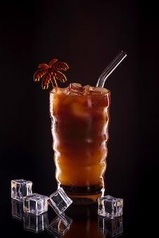 검은 배경에 유리에 아이스 커피. 차가운 커피 음료 또는 어둠에 얼음 칵테일
