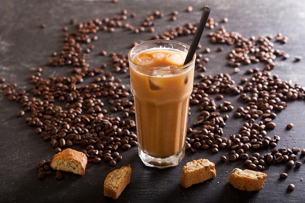 Холодный кофе в стакане на темном столе