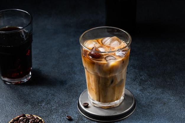 키가 큰 유리 잔에 크림을 부은 아이스 커피. 아이스 라떼. 차가운 여름 음료. 유리에 콜드 브루. 얼음에 카푸치노. 베트남 아이스 커피.