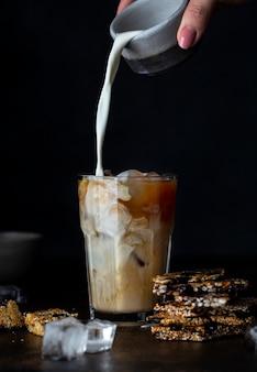 ミルクと背の高いグラスにアイスコーヒー