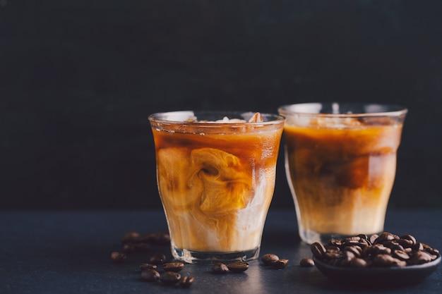 안경에 아이스 커피