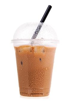 Холодный кофе в пластиковой чашке на вынос, изолированные на белом фоне