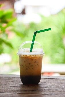 Кофе латте со льдом в пластиковом стаканчике