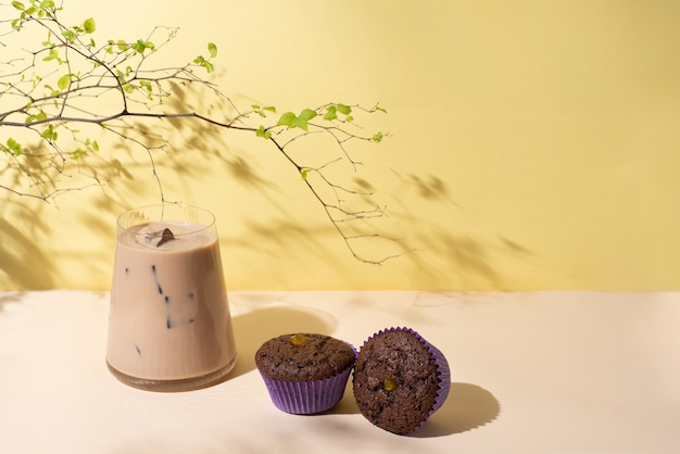 초콜릿 컵 케이크와 아이스 커피 라떼