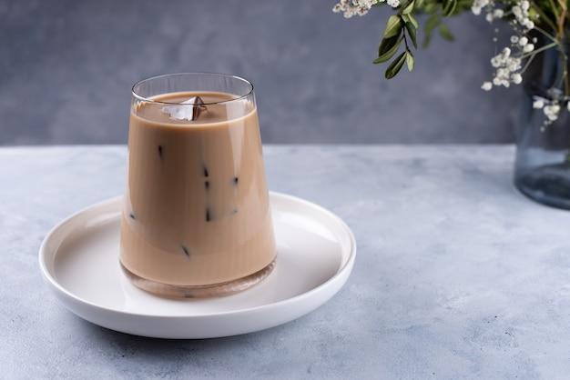 Холодный кофе латте с молоком и кубиками льда