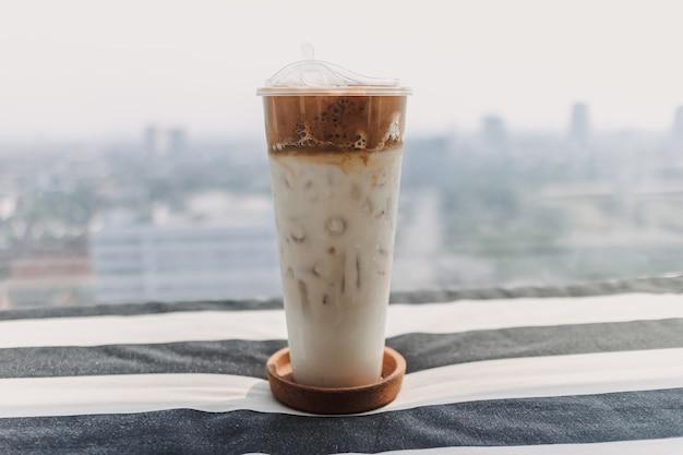 플라스틱 컵에 담긴 아이스 커피 우유