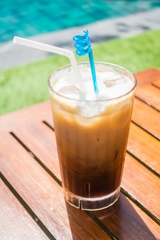テーブルの上にアイスコーヒー