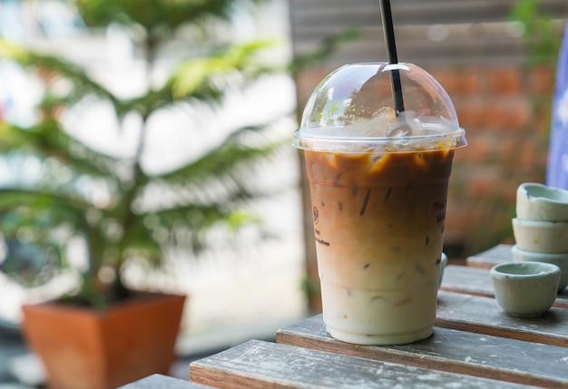 Замороженный кофе на столе