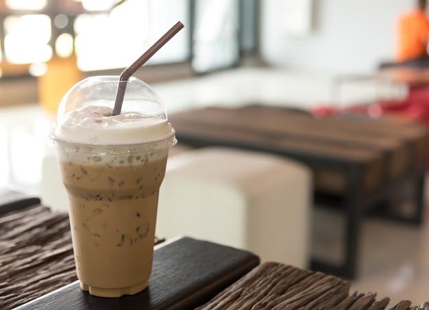 カラメルシロップとホイップクリーム入りアイスコーヒー