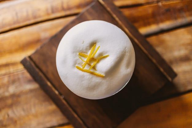 ミルクフォームとスパイスを上に乗せたアイスコーヒー
