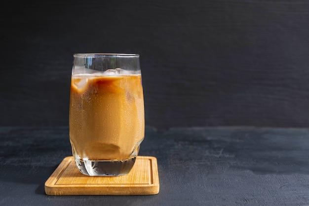 グラスにミルクを入れたアイスコーヒーまたはアイスカプチーノ。