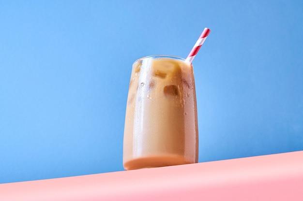 분홍색과 파란색 배경에 유리에 우유와 아이스 커피