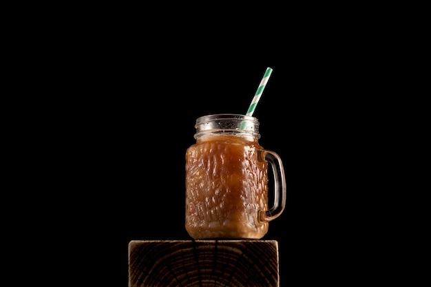 黒の背景に牛乳とアイスコーヒー