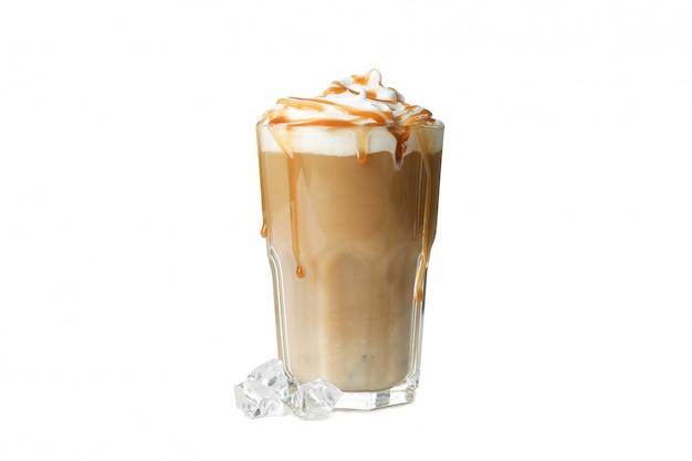 白い背景で隔離の注がれたクリームとアイスコーヒー
