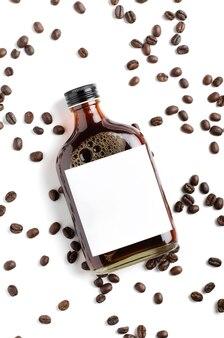 Холодный кофе в стеклянной бутылке, украшенный кофейными зернами, пустая бутылка этикетки, изолированные на белом фоне.