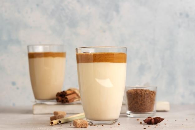 Замороженный кофе dalgona в высоком стакане со специями