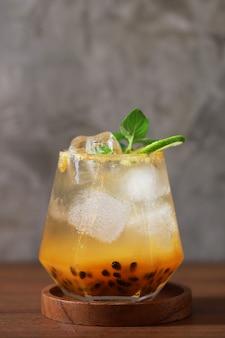 Холодный свежий напиток сок маракуйи в стакане, сладкий здоровый коктейль летом и на солнце