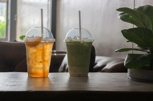 お茶の飲み物の氷のガラス