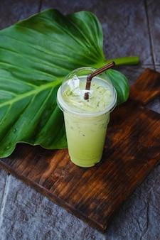 Холодный зеленый чай в чашке на вынос